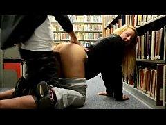 Casal amador fazendo sexo na biblioteca