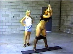 Pai amarrando e punindo violentamente suas filhas gostosas com chicotadas em seus corpos