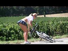Video porno sua vizinha novinha mostrando a bunda andando de bicicleta de forma bem sensual e provocante
