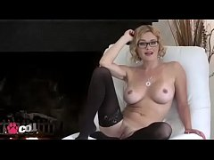 Horny Cougar bangs herself with fingers and sma...