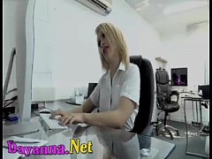 Jefe se aprovecha de su secretaria caliente le ...