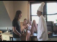 In der Hotelküche die geile alte Milf gefickt