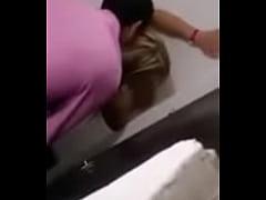 Comendo uma loirinha no banheiro