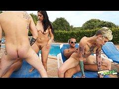 Όργιο με τσιμπούκια, γαμήσια και δονητές στην πισίνα