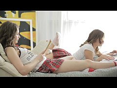 Τριο με δυο καβλωμενα εφηβικα μουνακια που γουσταρουν να γλυφουν πουτσο και να γαμιουνται απο μουνι και κωλο