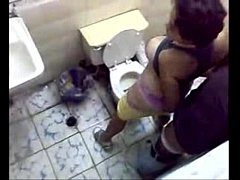 Fodendo em um banheiro  e os filmam si que den conta