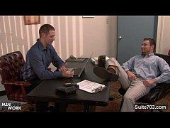 Δύο όμορφοι gay άντρες την βρίσκουν στο γραφείο