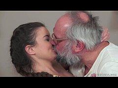 Ο παππούς γαμάει την έφηβη ανηψιά του