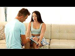 Γλύφει το υγρό μουνάκι της, του παίρνει πίπα, την γαμάει στον καναπέ και χύνει στην γλώσσα της