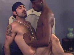 Negro metendo gostoso no amigo tatuado