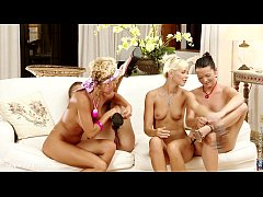 Orgia lésbica com quatro gostosinha fazendo sexo