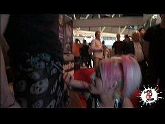 Chupandola en público - Big blowjob in public