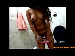 Morena no banheiro arreganhando a xoxota - Ibaladanet.com