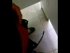 Jalandomela en los baños del trabajo