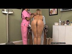 Loira tirando a roupa na consulta a ginecologista