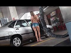 Novinha gostosa flagrada de short curto mostrando a bunda no posto de gasolina