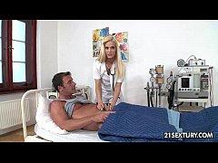 Enfermeira da o remédio do prazer ao seu paciente