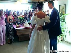 Cavalerul de onoare fute mireasa direct la nunta ei