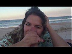 Casal amador filmando transa na praia