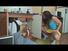 Novinha safada seduzindo o encanador casado