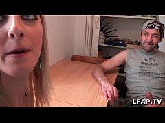 Chaude blonde suce une queue dans son appartement