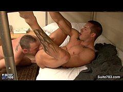 Γυμνασμένοι γκέι άντρες τσιμπουκώνουν και γαμιούνται άγρια πισωκολλητό
