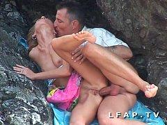 Seance sodomie entre les rochers pour ce couple...