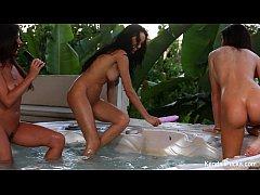 Primas lésbicas estreando a banheira do hotel de luxo com uma suruba deliciosa .