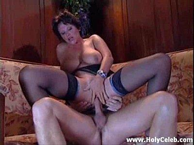 Sexo anal com coroa no sofá