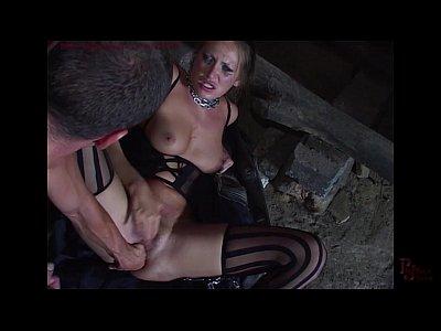 Sexo forte com essa bucetuda Mandy Bright acorrentada