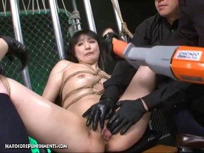 身動きできなく縛られた女性が電動ディルドを突っ込まれ逝きまくり