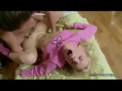 Ο μεγάλος αδερφός γαμάει την αδερφή του από μουνί και πισωκολλητό και χύνει μέσα στον κώλο της