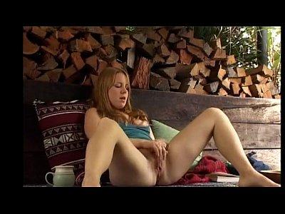 sexy redhead diteggiatura se stessa al di fuori