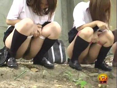 【素人JKおしっこ盗撮動画】ピンクの派手なパンツをズラして制服女子校生達が一斉に野ションを隠し撮りした映像