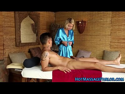Blonde Blowjob Handjob vid: Petite masseuse sucking