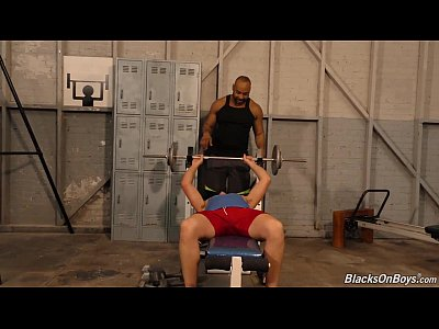 Video Potno Gay Muscular white guy goes black in a gym