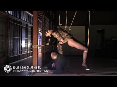 荒縄で全身ぐるぐる巻きの緊縛拘束で天井から吊るされるドMな美熟女艶堂しほり
