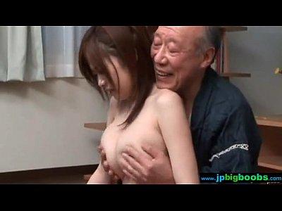 爆乳浜崎リオさんが老人に遺産をもらいます!巨乳人妻動画です。