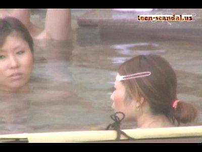 【温泉隠撮動画】友達同士で秘湯を巡る旅行…美肌の女子大生の全裸を露天風呂で隠し撮りww