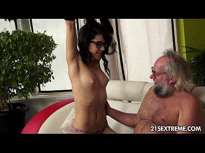 المهوس فتاة كارولينا يحب أن يمارس الجنس الرجال الأكبر سنا