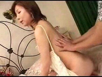 細身の肉体を持った淫乱な熟女が若い男にセックスの仕方を丁寧に教えています