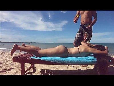 Esposa com microbiquini na praia e ganhando brozeador