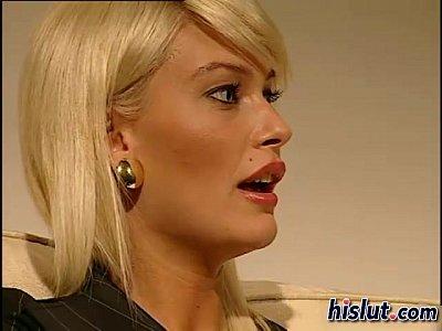 Blonda Frumoasa Se Fute In Cur Cu Un Partener De Afaceri