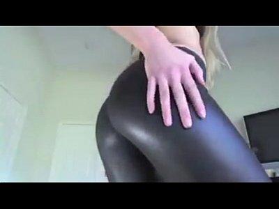 Culona en leggings de latex