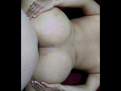 Abriendose el culo esta zorra mujer difruta mucho la forma que le meten el pito por lo rico que deja caer el culo sobre el