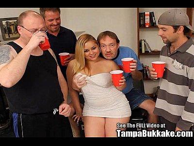 Rubia gordibuena ordeña la verga de varios hombres y termina tragando toda la leche durante el bukkake
