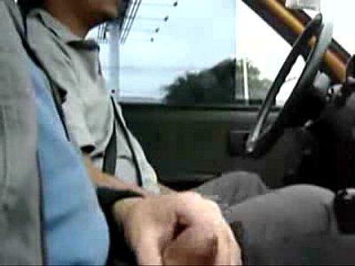 Gayzão ganhando punheta de taxista