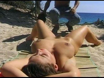 Bruneta Cu Tatele Mari Face Topless Iar Un Tip O Fute