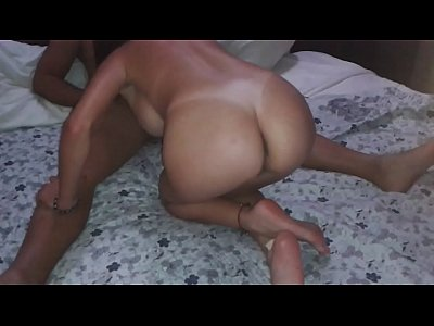Cornudo graba como la puta de su esposa le hace una buena mamada de verga a su amigo