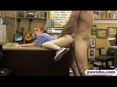 skinny redhead babe forato da pedone ragazzo al banco dei pegni